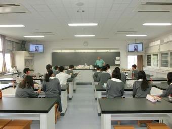 理科実験教室を開催(工藤教諭)