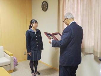 高校3年生の柴田翠さんが奈良学園栄誉賞を授賞しました。